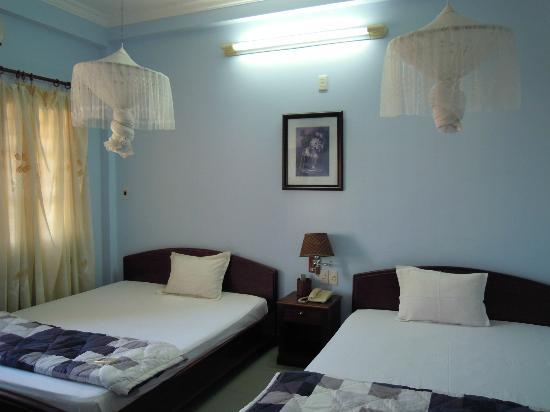 Dai Long Hotel: Double Queen size beds room-A/C not cold