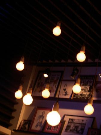 Aniceto Coffee Bar & Grill: Más bulbos