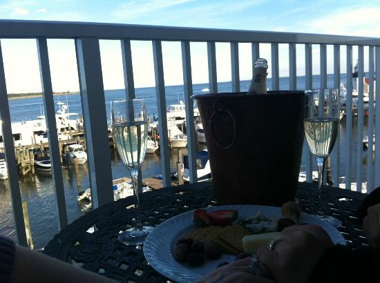 Saybrook Point Inn & Spa: Champagne and fruit/cheese...what an experience