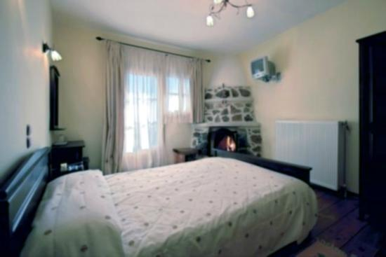 Aposkepos Guest House: traditional room with fireplace