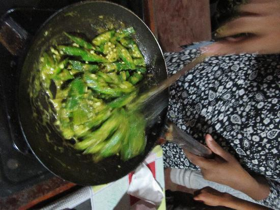 Amarasinghe Guest House: Madhu cooking ladyfingers