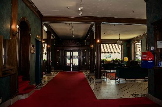 Penn Wells Hotel: Hotel Lobby