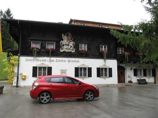 Hotel zum Türken: parking area and hotel entrance