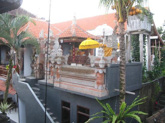 Warsa Garden Bungalows: Templio davante alla nostra stanza.