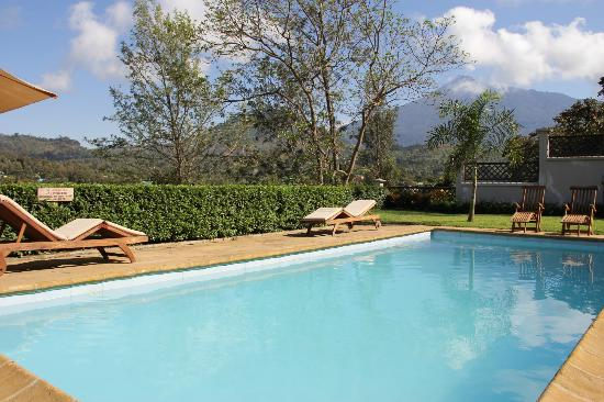 Onsea House Country Inn & Guest Cottage : Pool and view of Mt. Mehru