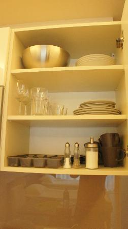 Plater 10 Residence: various dishes and cups