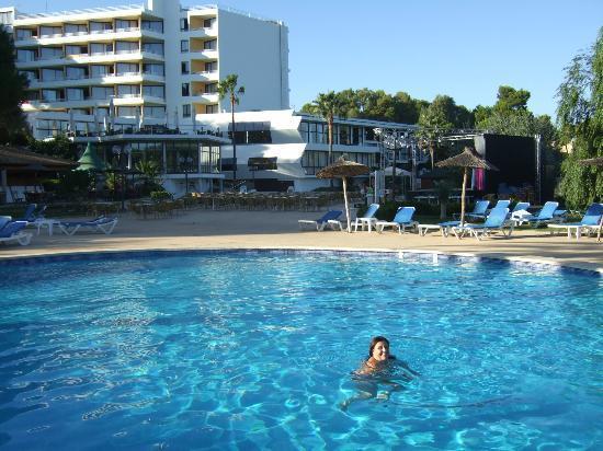 Exagon Park: piscina con el hotel de fondo
