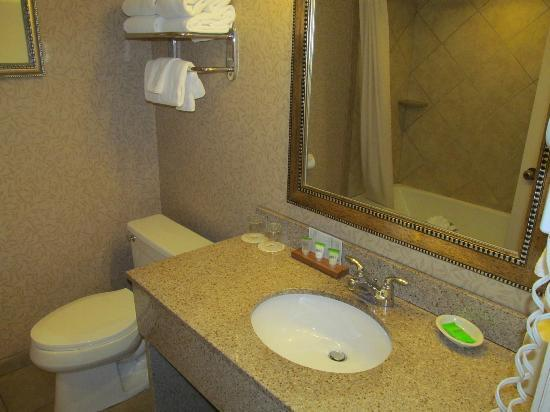 Red Lion Hotel Coos Bay: biggish bathroom