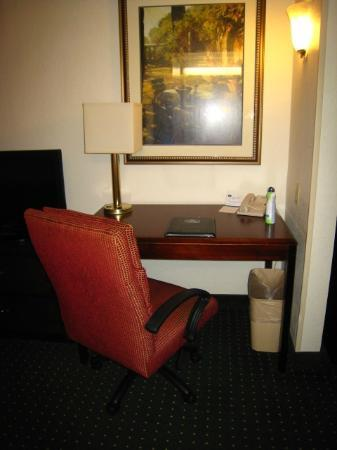 Fairfield Inn & Suites Palm Beach: work space & desk