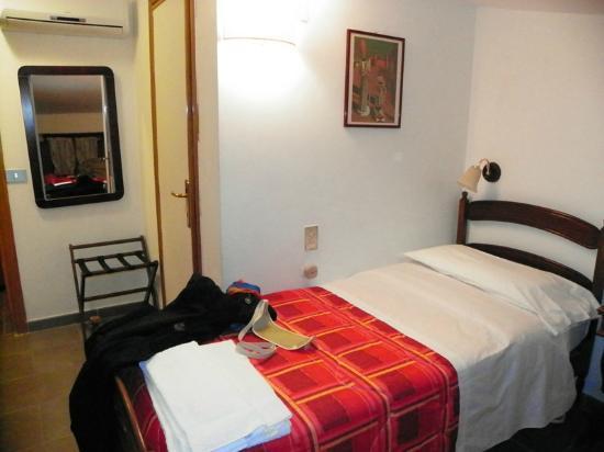 Hotel Properzio: Segundo ambiente dentro de la misma habitación.