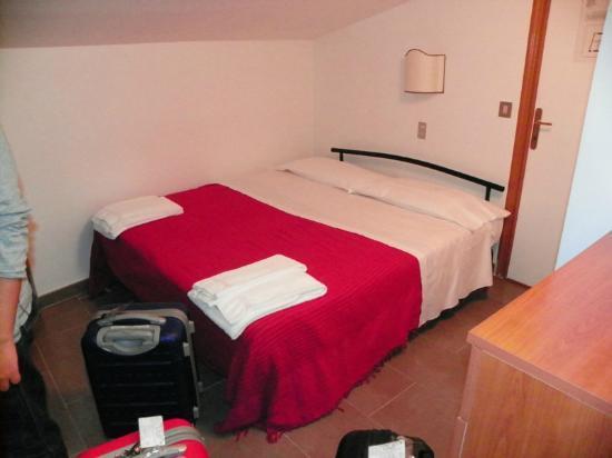 Hotel Properzio: Llegando a la habitación. Toallas limpias a los pies.