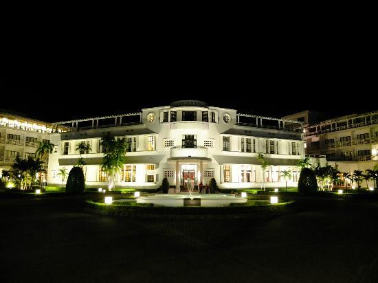 La Residence Hue Hotel & Spa - MGallery by Sofitel: コロニアルな建物