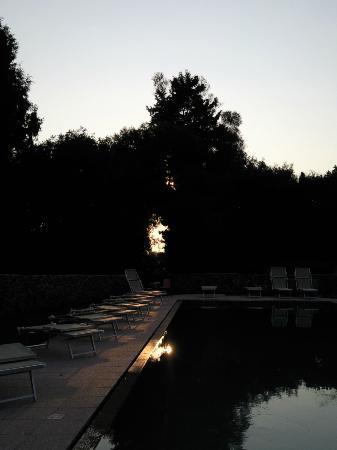 Masseria Bosco di Makyva: Piscina al tramonto
