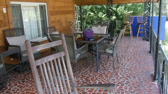 Ridge Top Motel & Campground: This is the upper level porch/deck at Ridge Top Motel