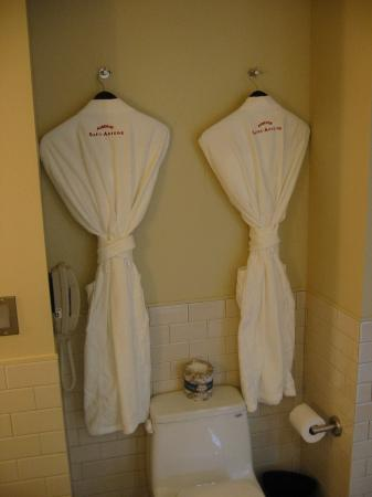 Auberge Saint-Antoine: Robes in every room