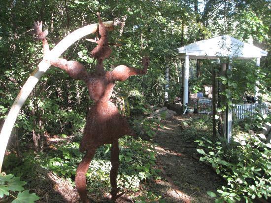 1830 Hallauer House Bed & Breakfast : Sculpture in garden