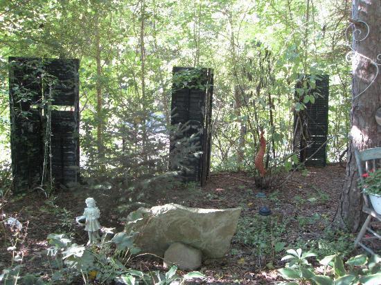 1830 Hallauer House Bed & Breakfast : Quirky garden with door theme