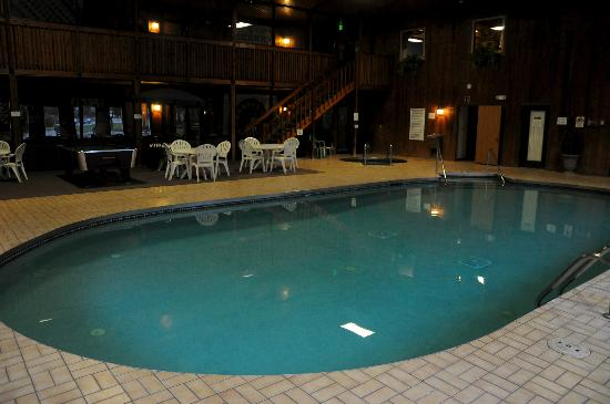 Iron Ridge Inn Motel: Pool/Whirlpool Area