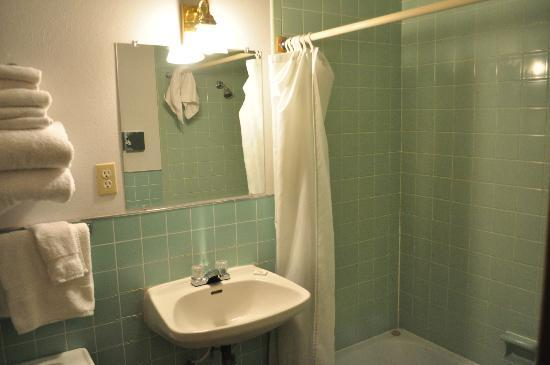 Elkhorn Lodge Chama: The cleanest bathroom ever, with the sooftest toilet paper and the classical design from 50s