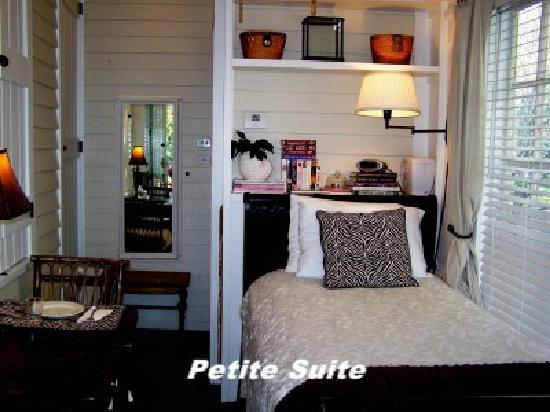 Camellia House Bed and Breakfast: Petite Suite