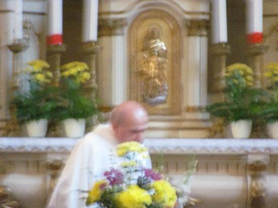 Church of the Sacred Heart of Jesus: the priest enters