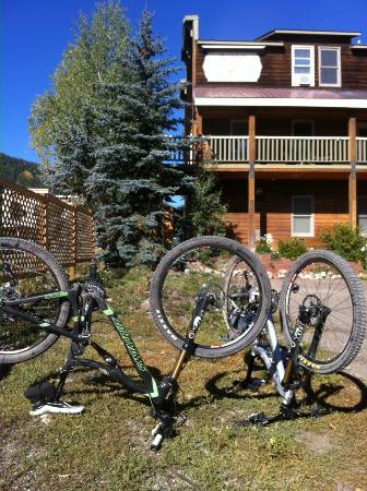 Inn at Crested Butte: our bikes in front of the hotel - note balcony!