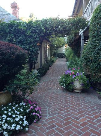 Vineyard Country Inn: Courtyard landscaping
