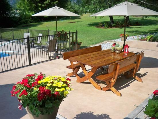 Camille's Haus: Enjoy our nice picnic table with friends.
