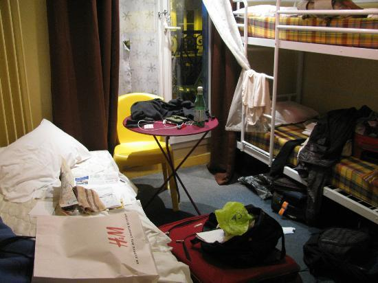 Vintage Hostel: i realise its incredibly messy with 3 girls stuff, but im just showing you the size of the room