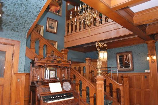 Brumder Mansion Bed and Breakfast: view of staircase in foyer from library