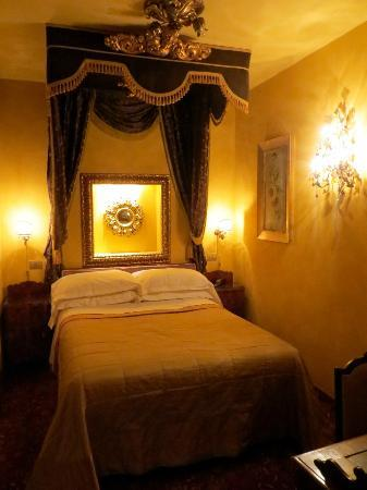 Boutique Hotel Campo de Fiori: Our lovely room