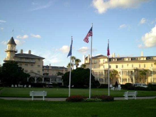Jekyll Island Club Hotel: Front view of the hotel