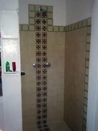 Casa de los Arcos: Open shower area