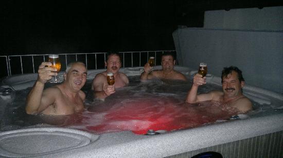 Berggasthaus Wasenalp: Poolbesuch in der Nacht bei leichtem Regen