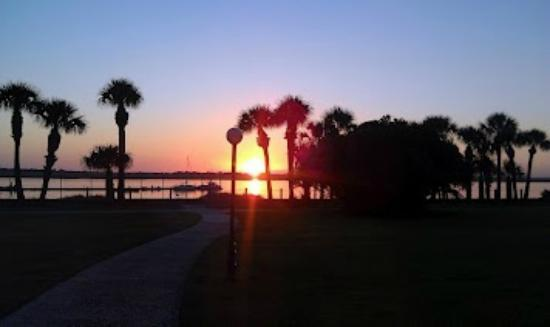 Jekyll Island Club Hotel: Sunset over the river