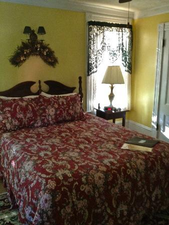 Candlelite Inn: Queen size bed