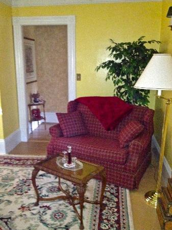 Candlelite Inn: Love Seat in Mini Suite