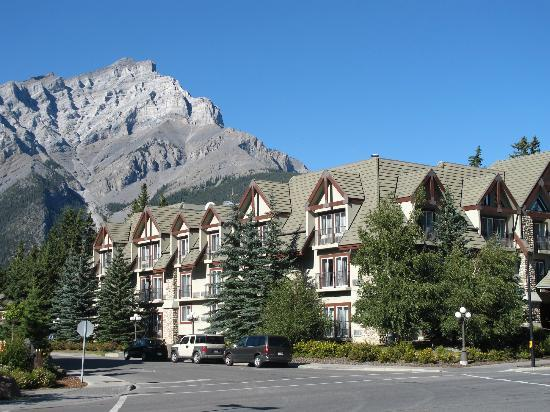 Banff Inn: Beautiful, dramatic backdrop to the hotel.
