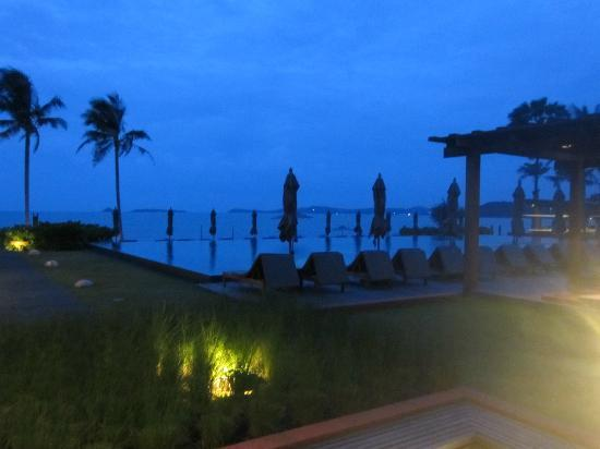 Hansar Samui Resort: View from pool in evening