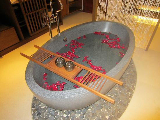 Hansar Samui Resort: Tub