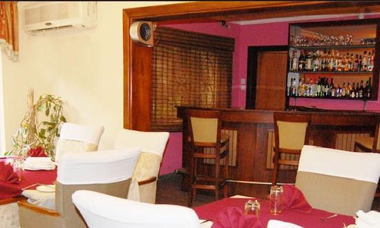 Dukes Court Hotel: Coxy Wine bar with variety
