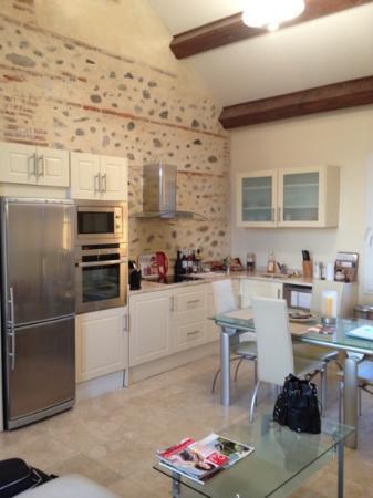 Chateau La Tour Apollinaire: salon cuisine commune