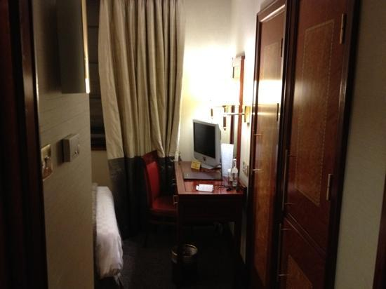 Grange City Hotel: Room so tiny you need to move the TV from the desk to the bed to get room for your laptop