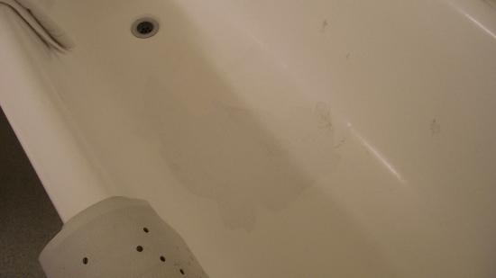 Britannia Hotel Coventry: Bathroom enamel missing