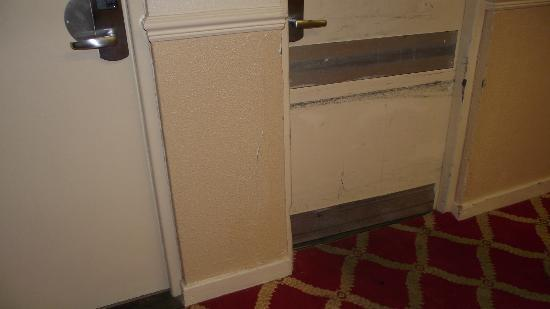 Britannia Hotel Coventry: Dirty doors and wall in corridors