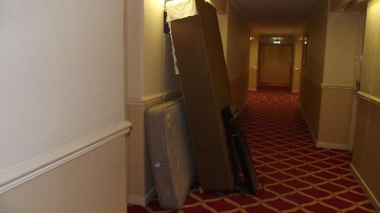 Britannia Hotel Coventry: Beds left in corridors