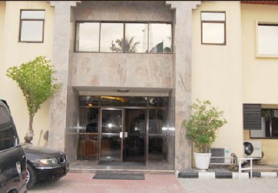 Dukes Court Hotel: Entrance view