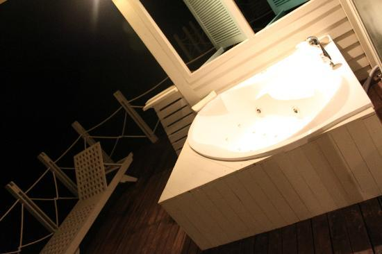 J Resorts Alidhoo: hot tub