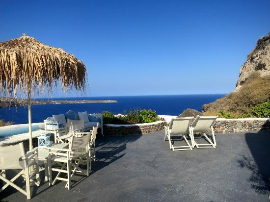 Marizan Caves & Villas: Plenty of room on our private terrace.