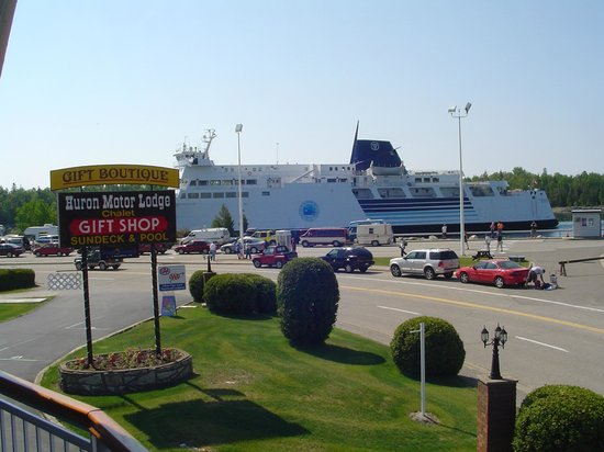 South Baymouth, Canada: Chi Chi Maun Ferry comming through channel